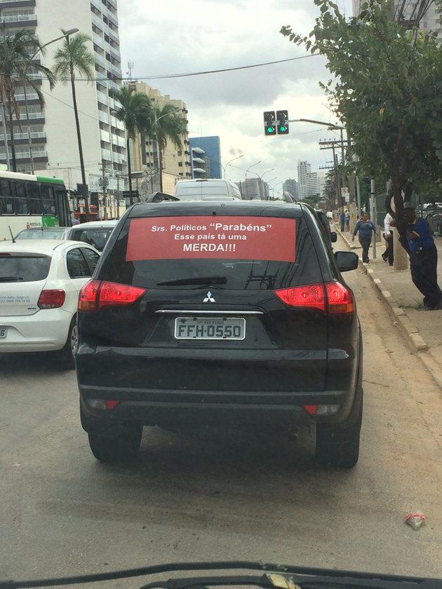 Só acho que o carro da frente acha que o país ta uma bosta - meme