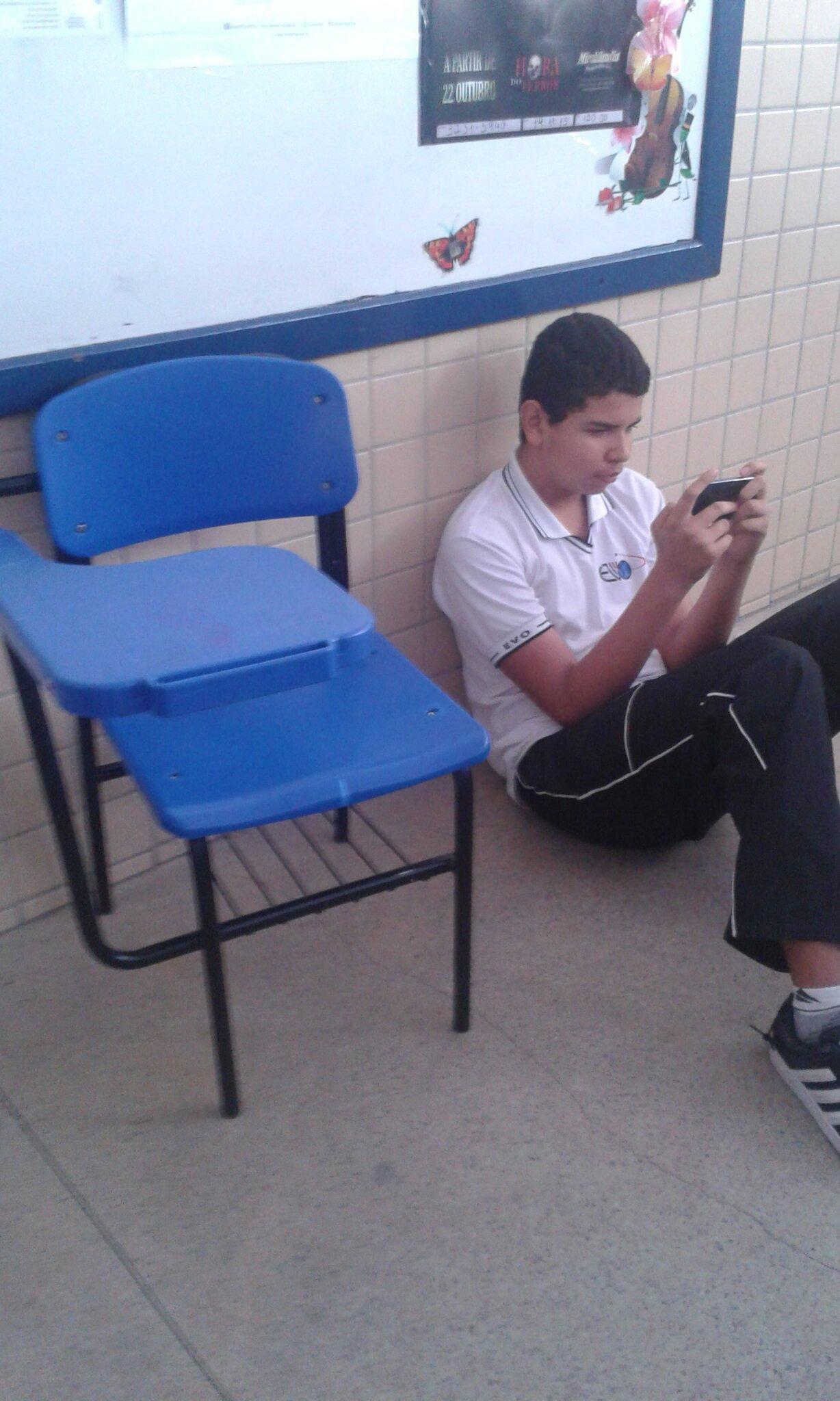 Pra q cadeira quando se tem o chão :) - meme
