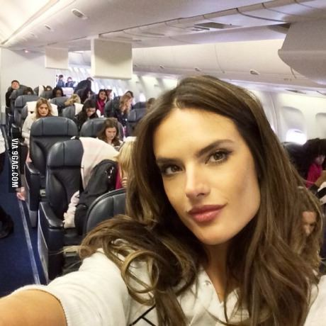Todas las modelos Victoria's Secret en un avion - meme