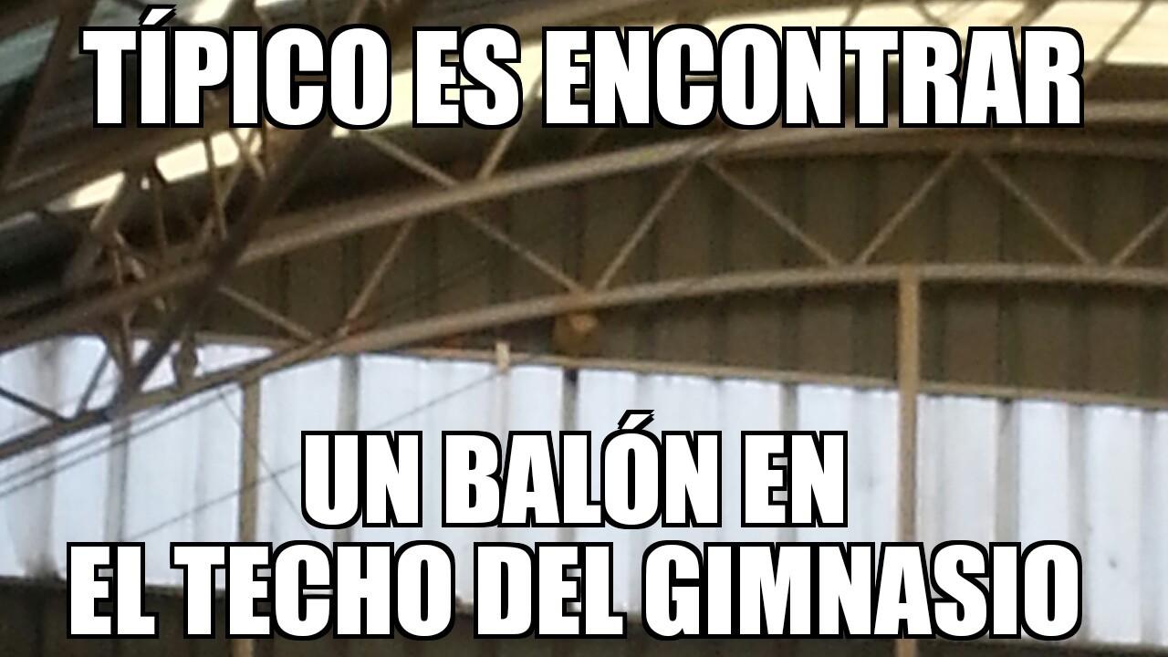 Balón en el techo - meme
