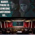 Traduction : Harry quelqu'un nous regarde ...