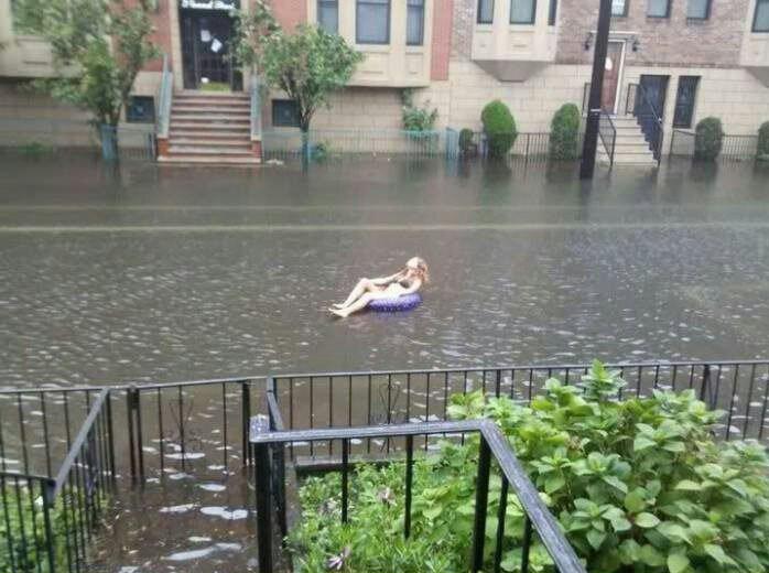 Galera do sul aproveitando de boas as enchentes - meme