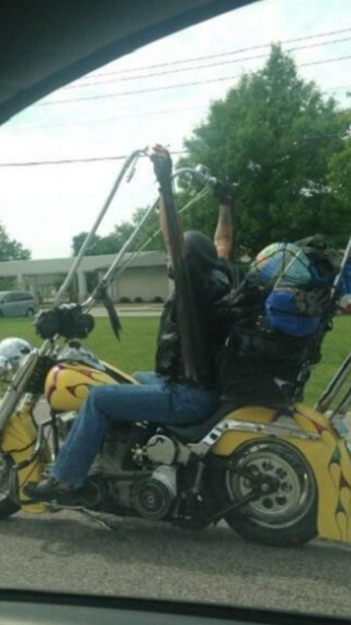 Harl et David sont devant la porte. Que font-ils ? Ils sonnent. Harley Davidson. - meme