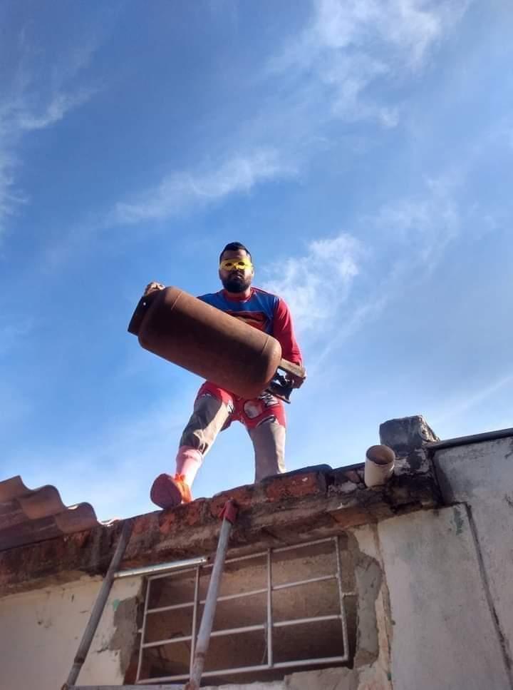Nace un nuevo superhéroe, contexto a un ladrón le lanzaron una bombona de gas en pleno atraco xd - meme