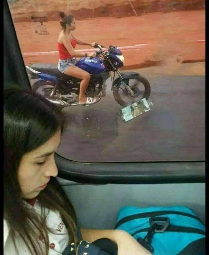 Vôce pode ser multado se andar de moto sem capacete - meme