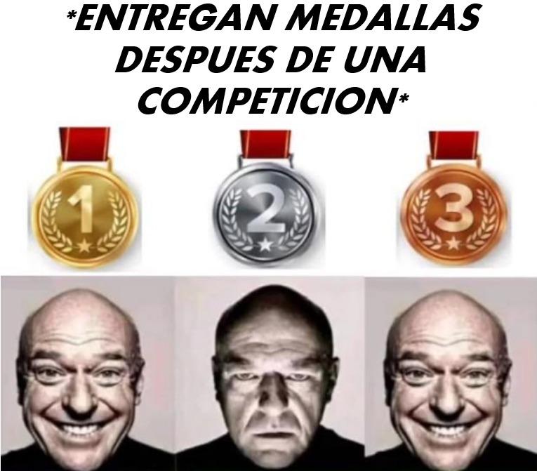 Contexto: Normalmente cuando se entrega medallas los que quedan en segundo lugar se quedan frustados debido a que perdieron la posibilidad del primer puesto, el primer es feliz por obvias razones y el tercero lo es por llegar a estar en el podio - meme