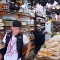 Malakoi corre atrás de jovem em uma loja.