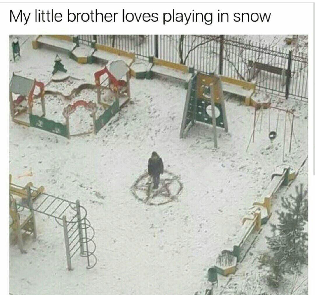 A mi hermanito le encanta jugar en la nieve... - meme