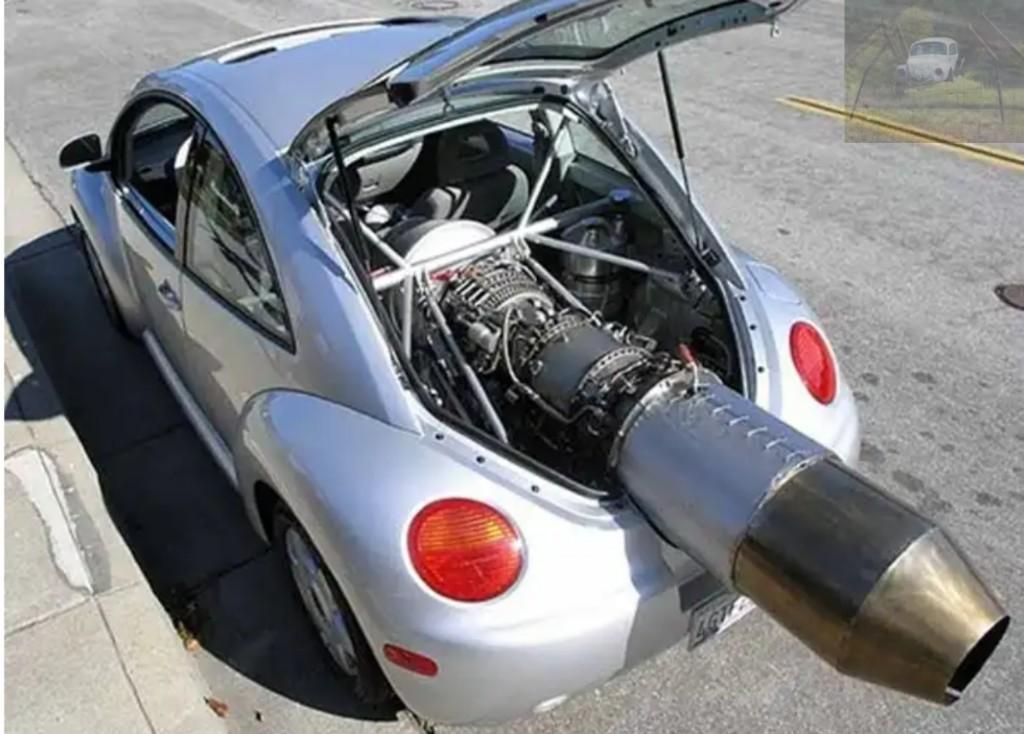 Imagina um racha do McQueen vs esse New beetle - meme