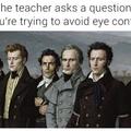 Quando o professor faz uma pergunta e você está tentando evitar contato visual.