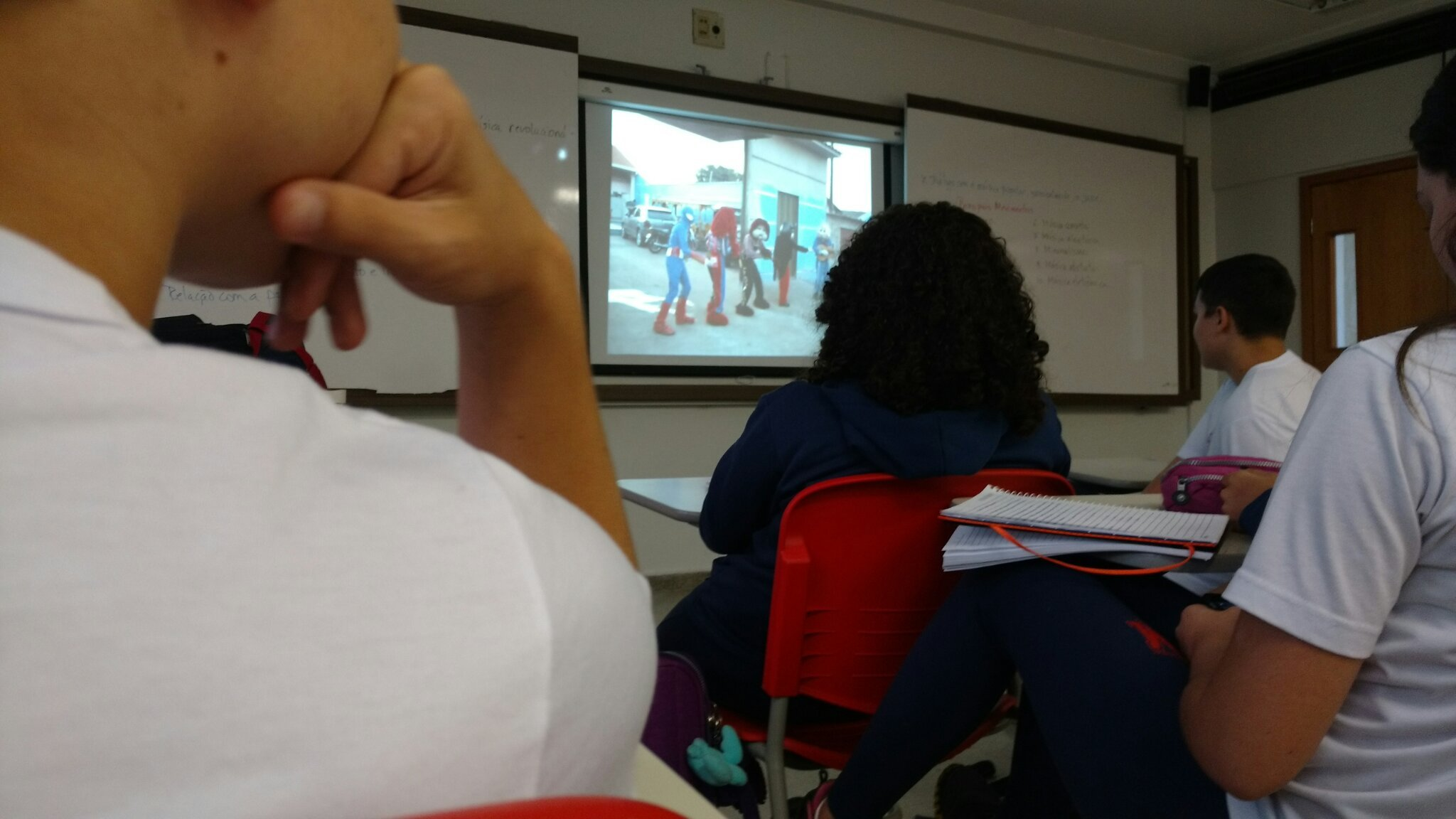 Enquanto isso nas escolas do brasil... - meme