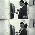 Amettetelo tutti lo fanno quando vedono un telecamera