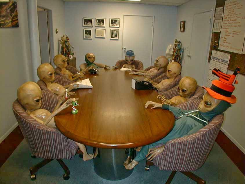 Prisioneros del Area 51 esperando el rescate despúes de mas de 70 años (colorizado) - meme