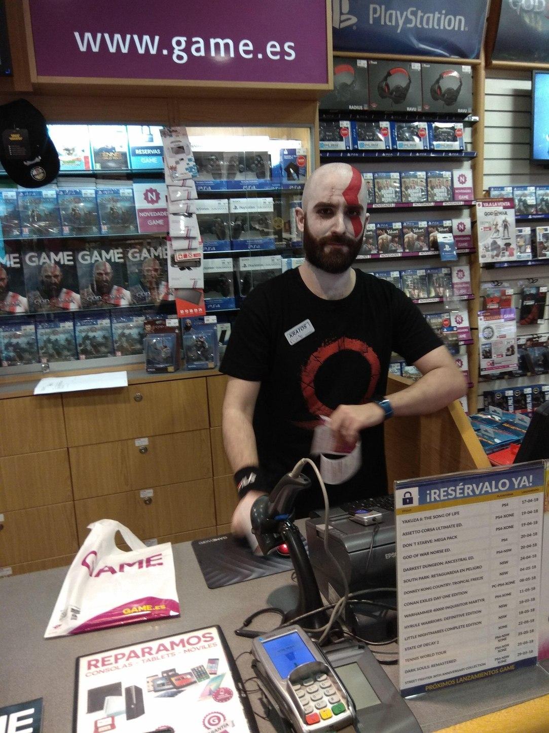 Kratos vendendo tudo - meme
