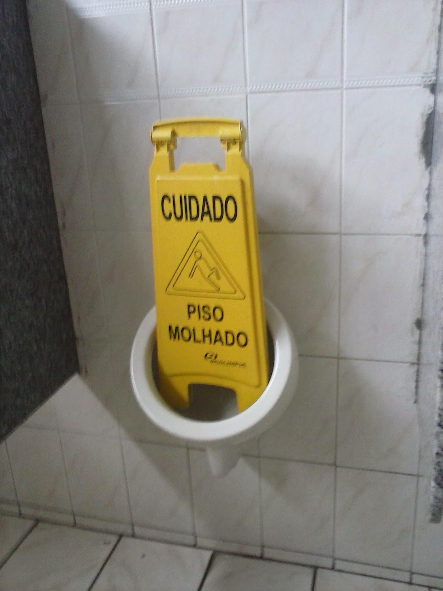 Banheiro do meu Colégio... - meme