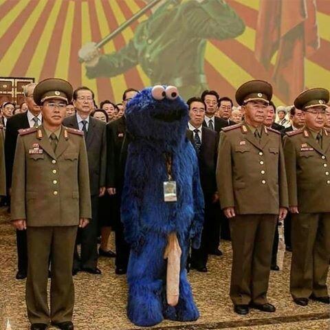 O cookie monster invade o exercício da coreia do norte porque todo mundo ta de olhos fechados - meme