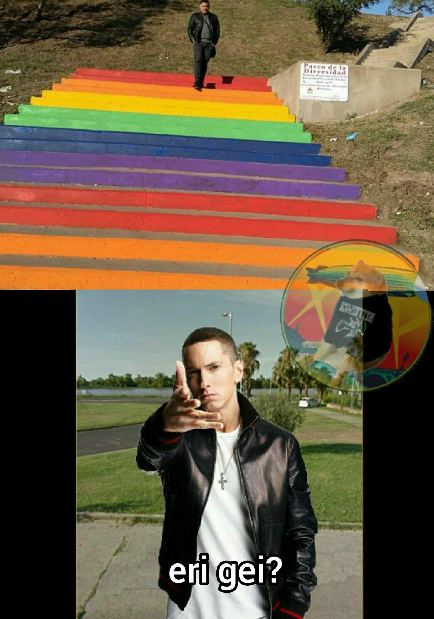 El que baja por las escaleras es gay - meme
