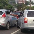Acariciar o dogo no trânsito eh a melhor opção para aliviar o estresse