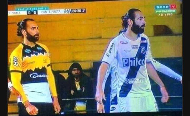 Homem assiste a si próprio jogar contra si mesmo em jogo de futebol - meme