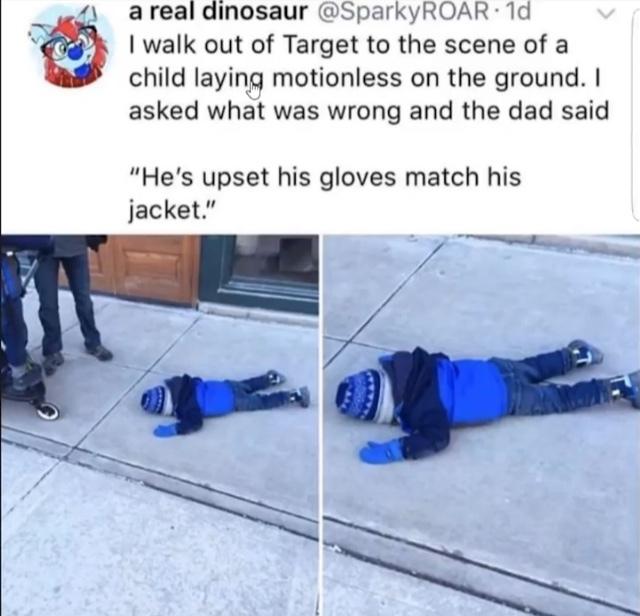 """tradução: eu estava andando quando eu vi esse garoto largado no chão, perguntei ao pai dele oq q ouve e ele falou """"ele está triste pq as luvas combinado com a jaqueta"""" - meme"""