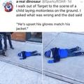 """tradução: eu estava andando quando eu vi esse garoto largado no chão, perguntei ao pai dele oq q ouve e ele falou """"ele está triste pq as luvas combinado com a jaqueta"""""""