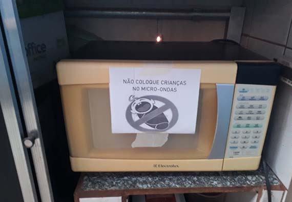 A tradução é -Não coloque Bebes no liquidificador . - meme