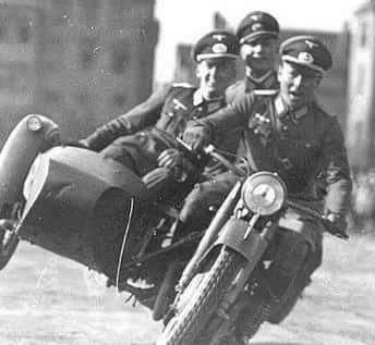 Quando vc ta de moto com os bro e ve um judeu - meme