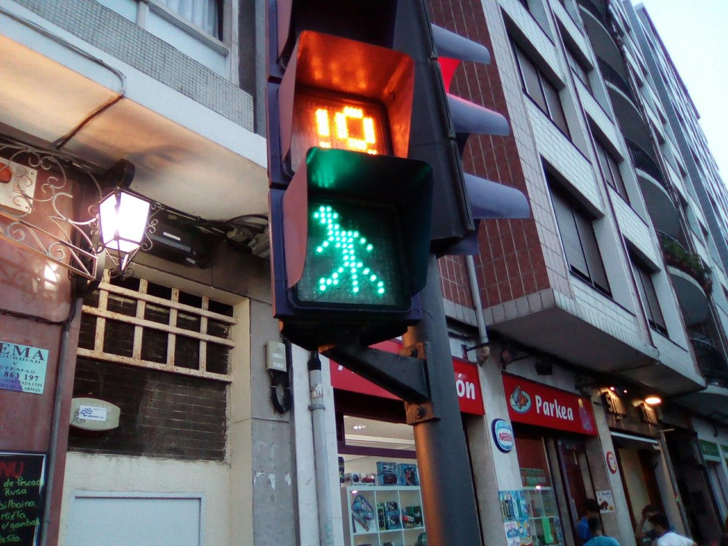 Cuando un semáforo la tiene mas larga que tú... - meme