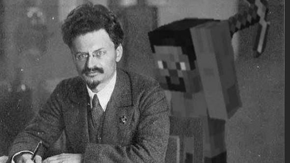 Momentos antes de Leon Trotsky ser assasinado na cidade do México. - meme