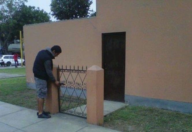 Senhor Nelso arranja problemas para entrar em casa, pois a porta não queria abrir. Acabou tendo que dormir na rua. Pobre Nelso... - meme