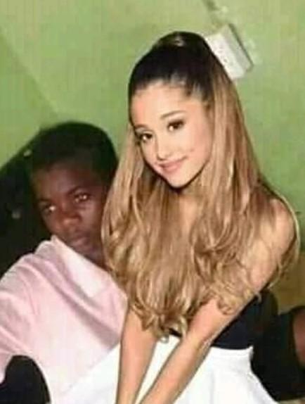 Ariana sentada na grande cabeça da minha rola - meme
