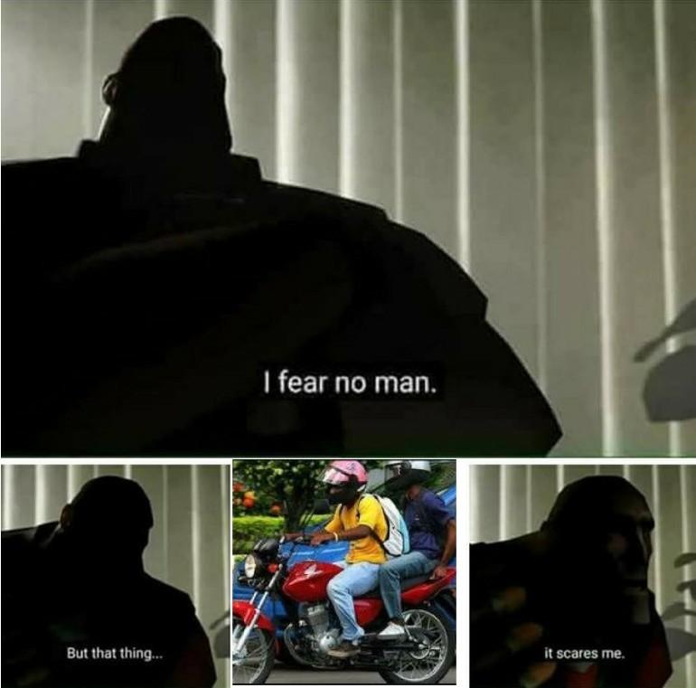Duas motos em um homem - meme