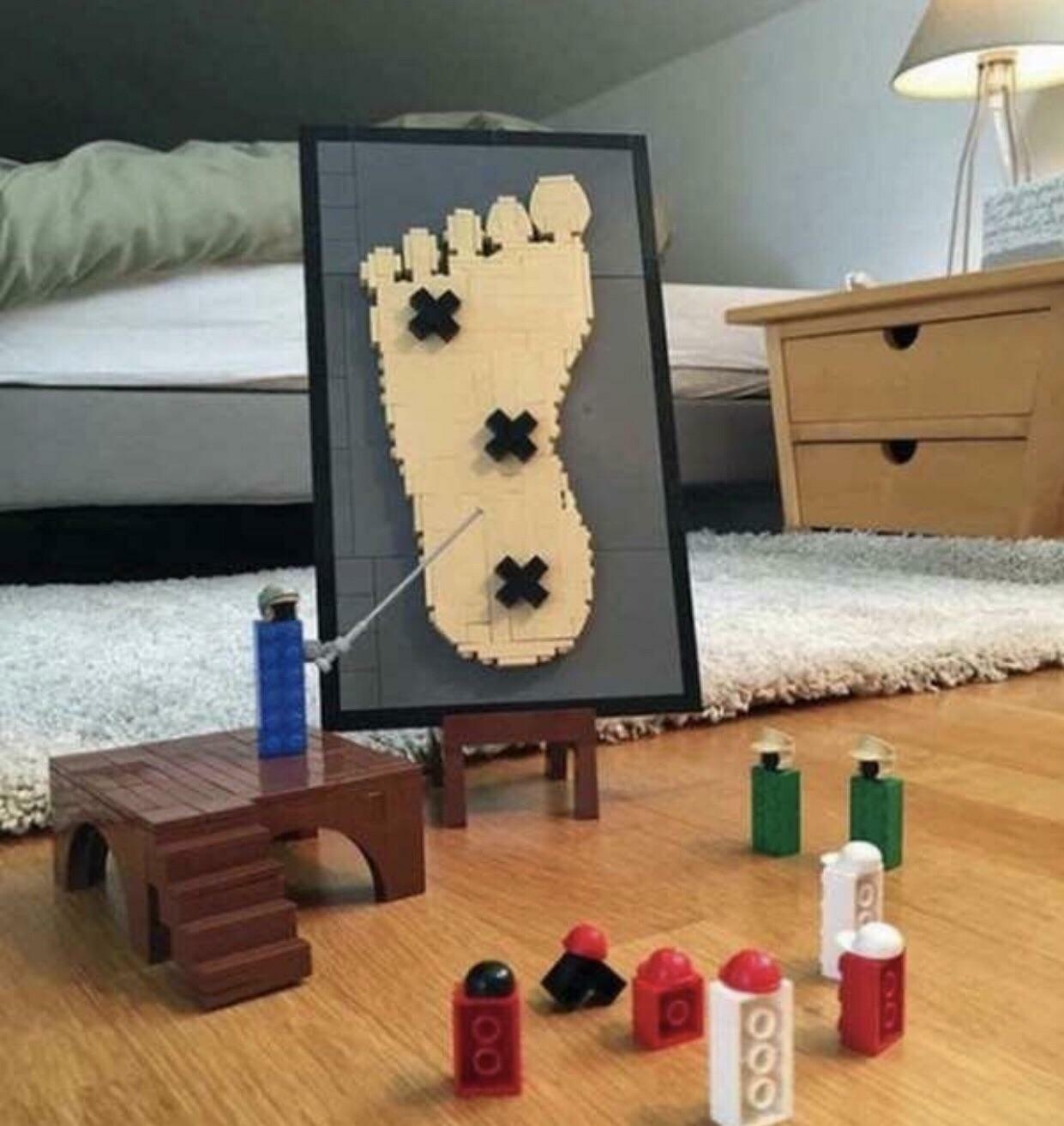 Eso es lo que hacen los legos cuando no los miras. - meme