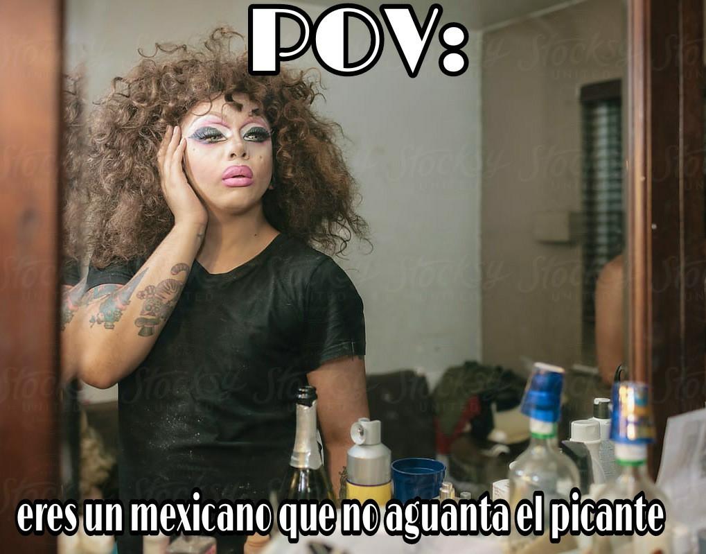 Es un drag queen y esta frente al espejo, por eso es Point Of View - meme