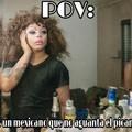 Es un drag queen y esta frente al espejo, por eso es Point Of View