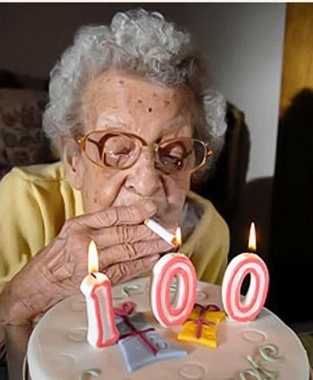 Cuando tenga 100, quiero que mi cumpleaños sea como el de esta vieja XD - meme