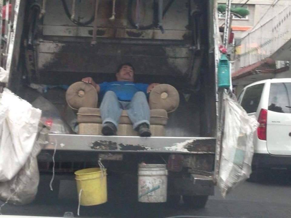 El sentado de pana con más ego, literalmente va por la calle presumiendo su sillón - meme