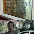 traducción: no drogas o armas nucleares dentro del cuarto