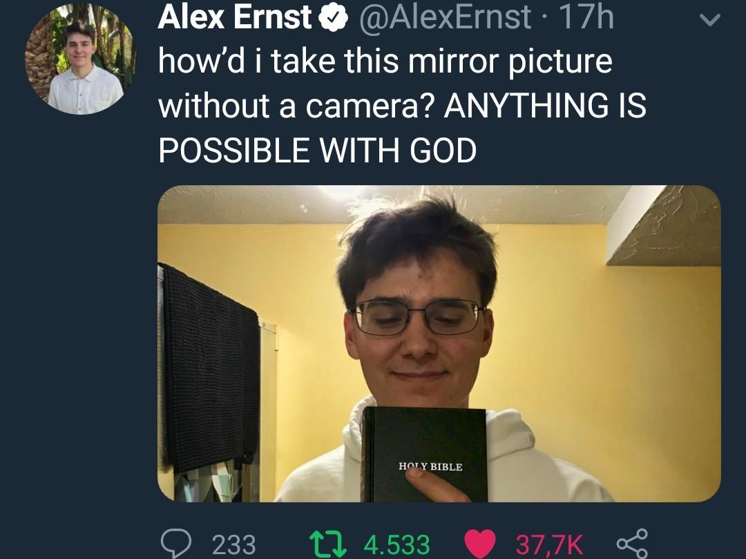 tradução: como eu consegui tirar foto do espelho sem camera? TUDO EH POSSÍVEL COM DEUS - meme