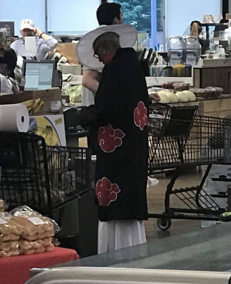 abuela con bata de Akatsuki - meme