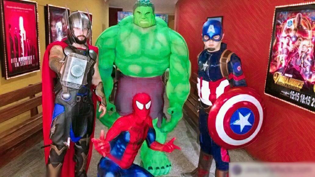 É sexta-feira, mas eu tô só o Hulk aqui do Cinema da minha cidade. - meme