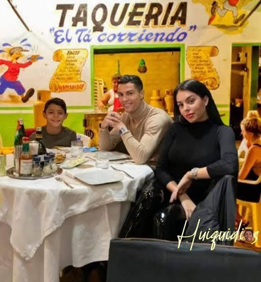 El bicho cenando en su cumpleaños con su familia - meme