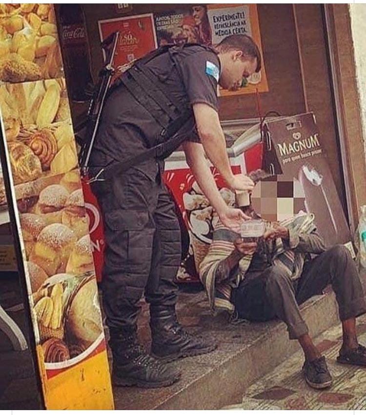não é meme, é só uma outra perspectiva de visão sobre os nossos policiais. um abraço à toda corporação.