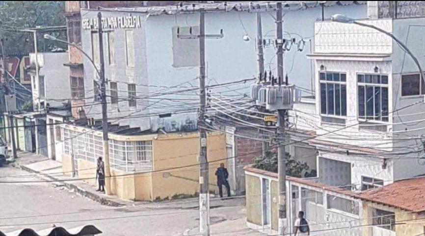 Rio de janeiro é a polícia e o traficante patrulhando a mesma esquina - meme